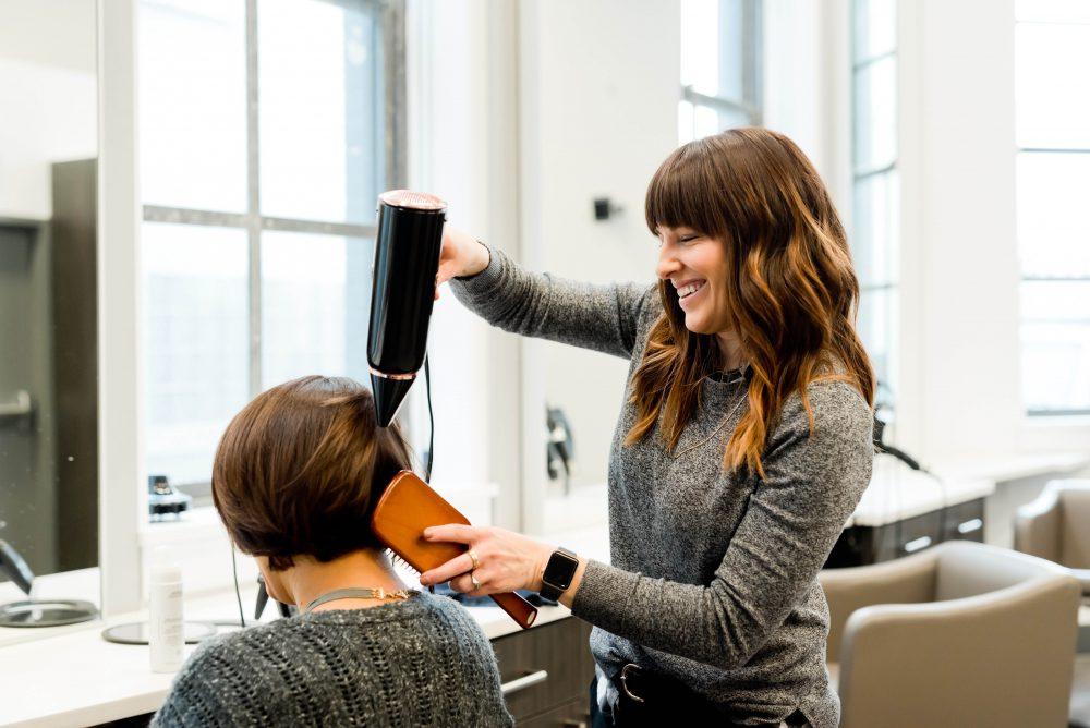 kvinne som pleies av frisør, kasseapparat for frisør og skjønnhet, kasseapparat, kasseapparater fra Paybox